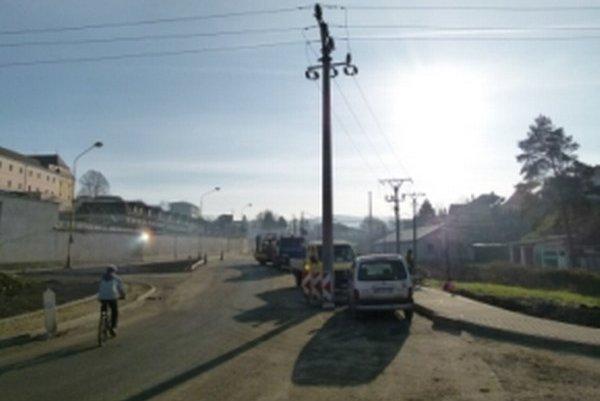 V strede novej cesty zostal stáť elektrický stĺp.