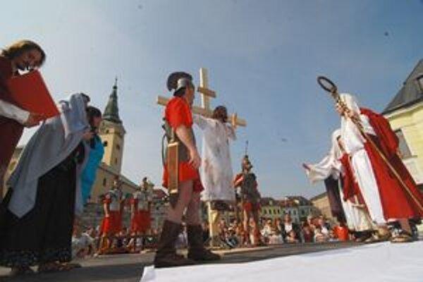 Minulý rok vyvrcholila Krížová cesta ukrižovaním na balustrádach.