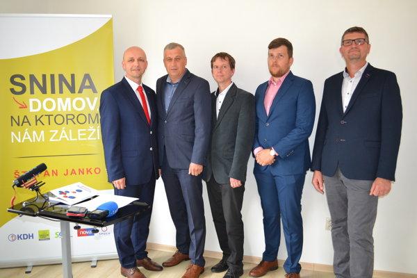 Kandidáta na primátora Štefana Janka prišli pri ohlásení kandidatúry podporiť zástupcovia  politických strán.