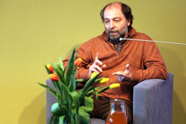 Peter Žaloudek počas dieskusie v Nadácii Polis