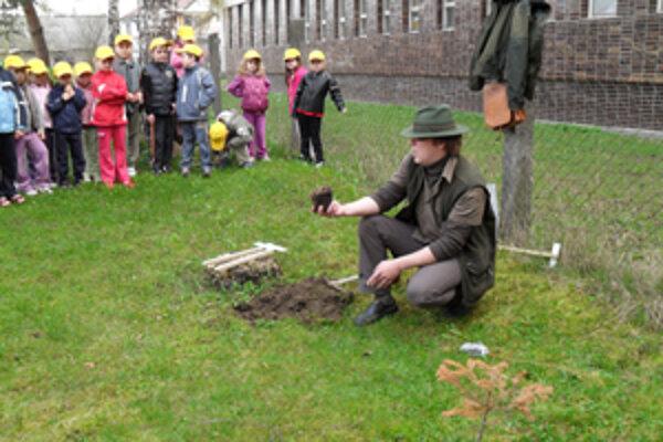 Deti zo škôlky v Bytči mali radosť. Prišli ich pozrieť lesníci.