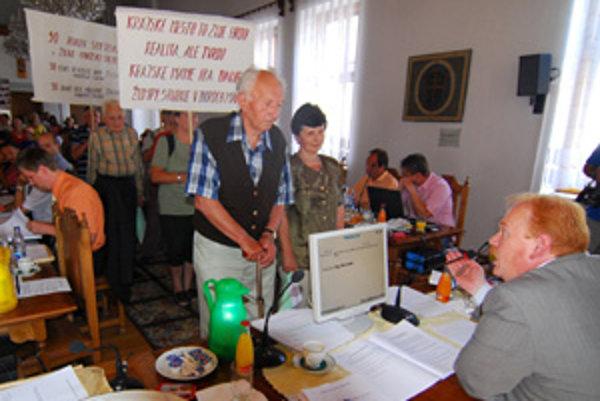 Chlmčania v auguste 2008 priniesli primátorovi Ivanovi Harmanovi na zastupiteľstvo vrece s odpadkami. Chceli tak upozorniť na problém so skládkou v ich mestskej časti.