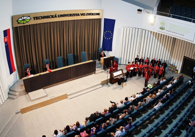 Slávnostný ráz promócií umocnilo vystúpenie Zvolenského speváckeho zboru.