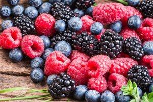 Bobuľové ovocie obsahuje antioxidanty, ktoré dokážu znižovať riziko vysokého krvného tlaku. štúdia na 34-tisíc ľuďoch ukázala, že vysokým príjmom ovocia možno znížiť riziko hypertenzie o osem percent.