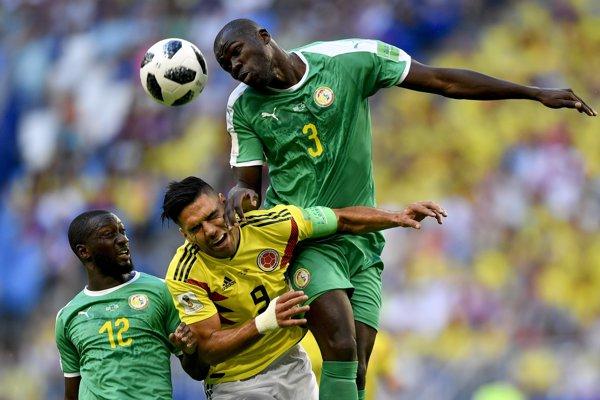 Senegalčan Kalidou Koulibaly fauluje Radamela Falcaa.