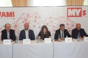 Zľava Peter Blaas, Martin Komínek, moderártroka Miriam Hojčušová, Dušan Husár a René Vereský.