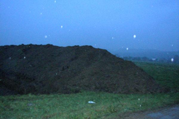 V Kotešovej chce žilinská spoločnosť ťažiť štrk. Na pozemku už odhrnuli ornicu. Spoločnosť však nemá vydané potrebné povolenia. Ľudia z Hliníka proti tomu protestujú.