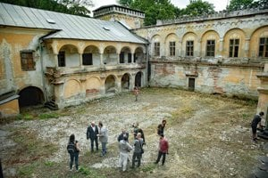V banskobystrickej mestskej časti Radvaň pokračuje rekonštrukcia historického kaštieľa Radvanských.