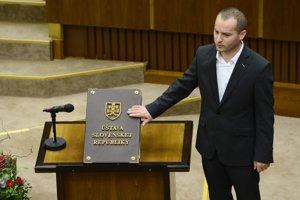 Juraj Kolesár (ĽSNS) síce v priznaní neuvádza žiadne nehnuteľnosti, no priznal aj príjem z odmeny domového dôverníka približne 700 eur.