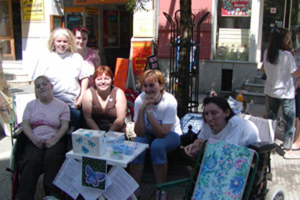 Vždy s úsmevom. Také bolo heslo ľudí, ktorí sa zapojili do verejnej zbierky pre ľudí postihnutých svalovou dystrofiou. Mária Smolková je prvá sprava.