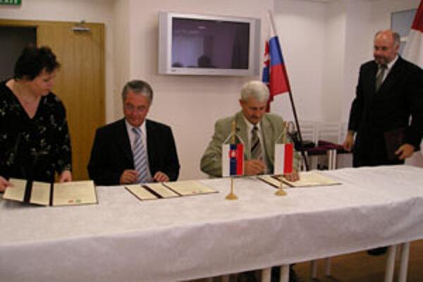 Primátor Bytče Peter Korec (druhý zľava) a poľského Opozcna Jan Wieruszewski podpísali nový dohovor o vzájomnej spolupráci.