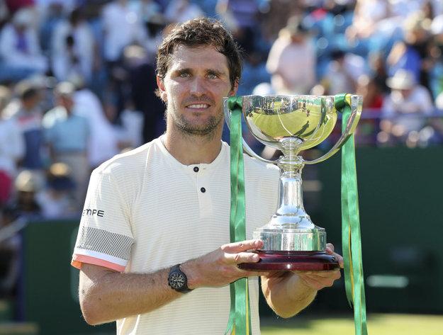 Mischa Zverev sa raduje zo zisku trofeje.