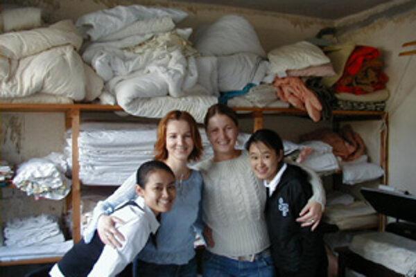 Eva (druhá zľava) a Katarína tesne pred odchodom z brigády v Anglicku. Na ich miesta prišli dievčatá z Ázie.