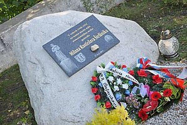 Pamätník je v na mieste, kde stála predtým socha.