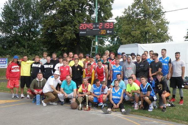 Záverečná fotka účastníkov nonstop basketu.