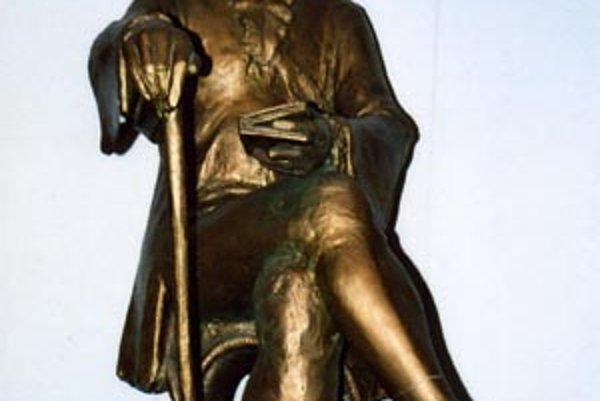 Socha A. F. Kollára na Obecnom úrade v Terchovej meria 80 centimetrov. Pre porovnanie socha Jánošíka v obci má 8 metrov.