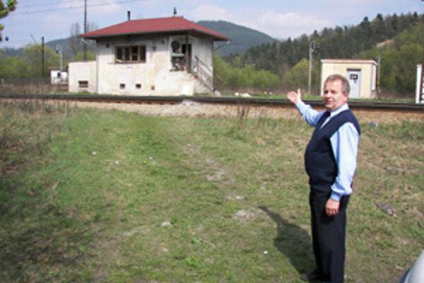 Dopravný námestník prednostu stanice Ján Košút tvrdí, že parkovisko je osvetlené a navyše pod stálou kontrolou zamestnanca na tomto pracovisku.