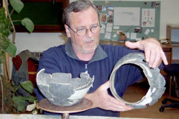 Michael Daskalakis pri svojej práci potrebuje čas a pokoj. Z hromady črepín dokáže za štyri dni poskladať hotovú nádobu a to ani nevie, koľko nádob sa v tej kope črepov nachádza.