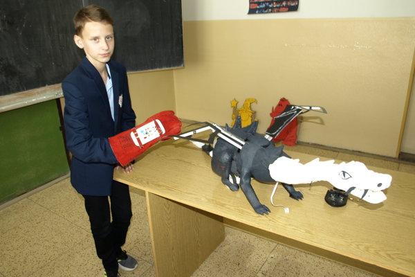 Ústredná postava tímu MIchal Tuchyňa s víťazným drakom.