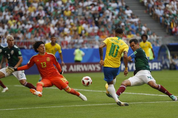 Mexický brankár Guillermo Ochoa zasahuje pri šanci Neymara.
