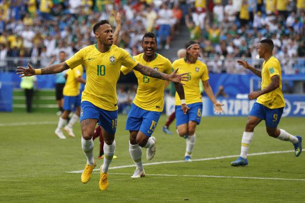 Brazílčan Neymar (v popredí) sa raduje zo svojho gólu.