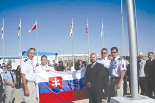 Na snímanie slovenskej zástavy v centre prišiel aj veľvyslanec SR v Sýrii Oldřich Hlaváček (v obleku). Mimochodom jeho korene sú tiež v Žiline. Úplne vľavo pri zástave Radovan Kyselica.