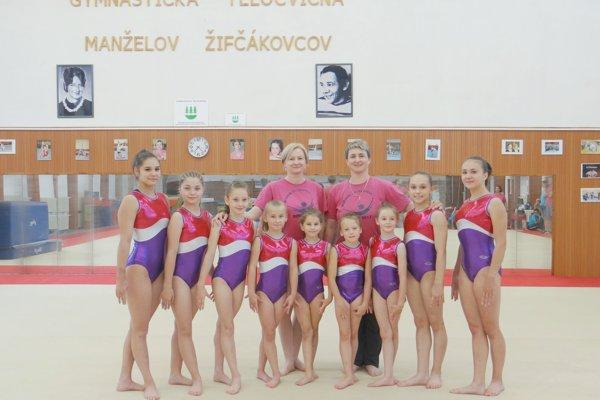 Šéftrénerka Krekáňová s trénerkou ostrihoňovou spoločne so svojim úspešnými zverenkyňami.