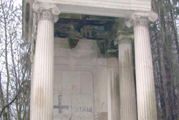 Hrobku známej rodiny Popperovcov vHliníku pri Byti vandali pomaovali hákovými krížmi. Celý cintorín je zdevastovaný aŽidovská náboženská obec ho chce na jar rekonštruova.