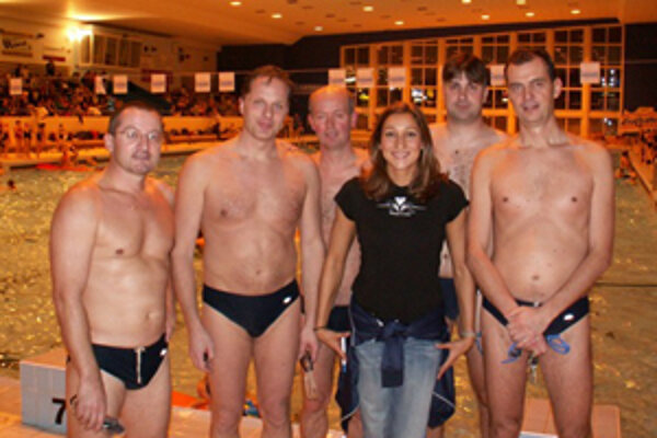 Martina Moravcová s členmi Plaveckého seniorského klubu na žilinskej plavárni počas Vianočných plaveckých pretekov.