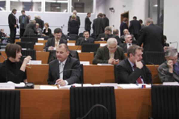 Napriek tomu, že rozpoet ŽSK poslanci schválili vo väšine komisií zastupitestva, napokon tí istí poslanci pravicovej koalície za nepochopitene nezahlasovali.
