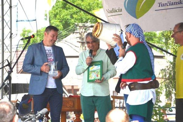 Tibor Adamko (vľavo) pri krste knihy Jána Farského.