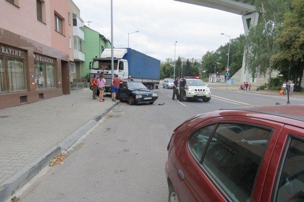 Kamión nabúral do osobného auta takmer pod oknami polície.
