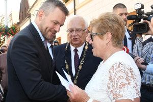 Zľava predseda vlády SR Peter Pellegrini a primátor mesta Bardejov Boris Hanuščák v rozhovore s občanmi mesta pred výjazdovým rokovaním 114. schôdze vlády SR v Bardejove.