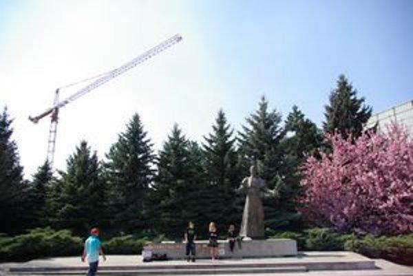 Za sochou Hlinku na jednom z centrálnych žilinských námestí na jar bujarie zeleň. Už čoskoro má tento pohľad patriť minulosti.