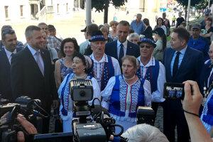 Pred rokovaním vláde zaspievali folkloristi