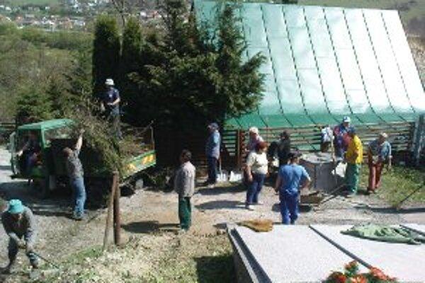 Dobrovoľní brigádnici čistili a upravovali po zime aj cintorín v prímestskej časti Vranie.