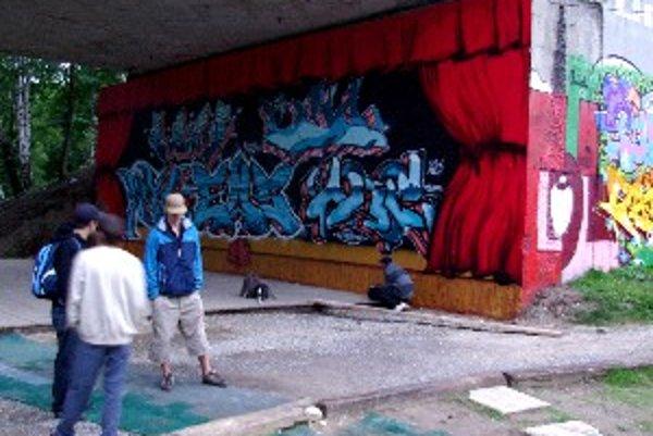 Legálne miesto na múroch Rondla. Sprejeri tu kreslia bežne a nezaujíma ich, či a kde môžu.