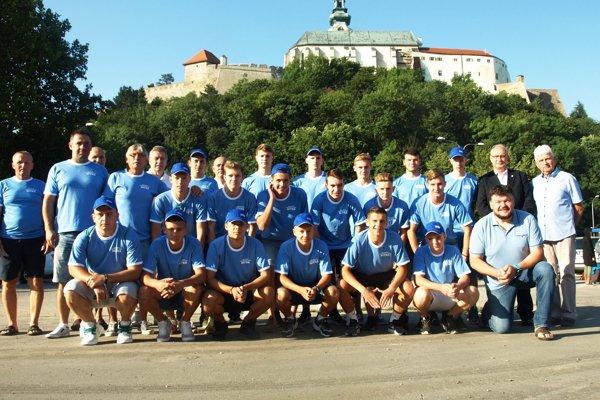 Zraz pred odchodom bol dnes o 7.00 h. Na snímke najstarší výber Husárik U19.