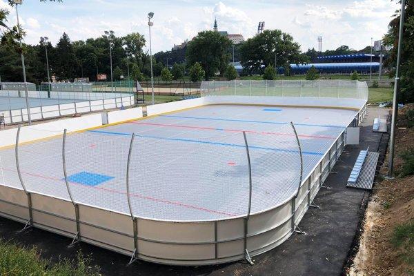 V areáli ZŠ kráľa Svätopluka vyrástlo nové ihrisko pre hokejbal formátu 3+1.