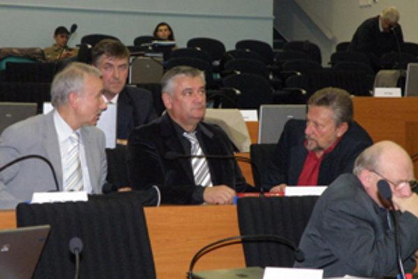 Svojho kandidáta prišiel do krajského parlamentu podporiť aj predseda SNS Ján Slota, ktorý je najväčším absentérom v poslaneckých laviciach.
