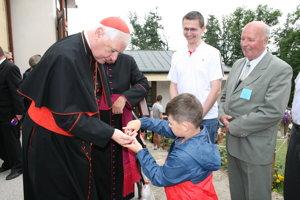 Kardinála po omši ponúkol cukríkmi malý chlapček.