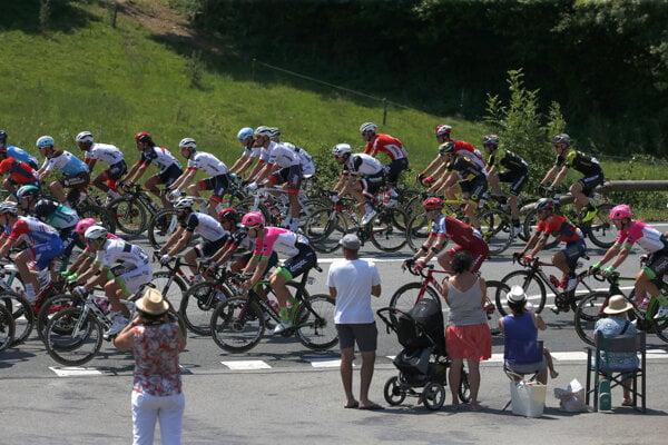 Cyklisti počas 2. etapy na Tour de France 2018.