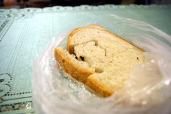 O čiernom teliesku v tomto krajci chleba si čitateľ myslí, že je to trus.