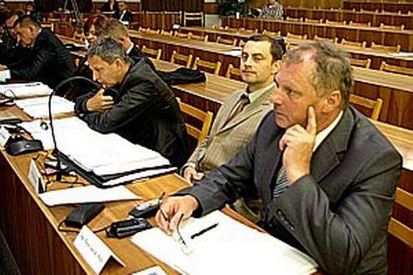 Suma sa zdala aj poslancovi Jurčíkovi (prvý sprava) veľmi vysoká.