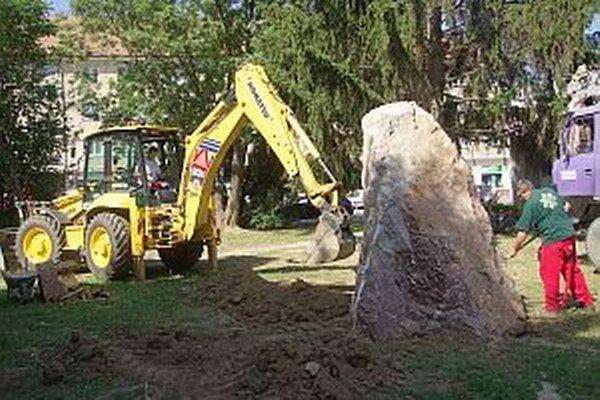 Bezpečne zložiť a správne umiestniť tento kus skaly, ktorý doviezli z Ladiec, si vyžadovalo šikovnosť. Ide o podklad pre umiestnenie busty Jozefa Krónera. Dielo bude slúžiť ako pamätník rodiny, ktorej členovia v meste pôsobili.