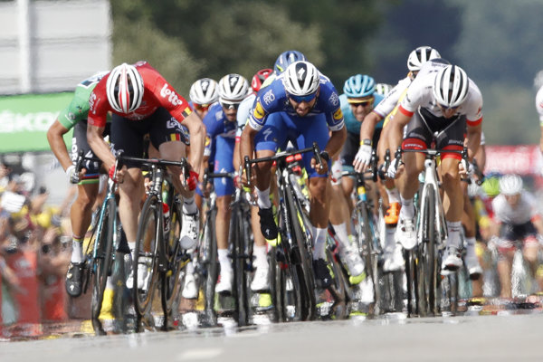 Vo štvrtej etape na Tour de France 2018 zvíťazil Fernando Gaviria (v strede).