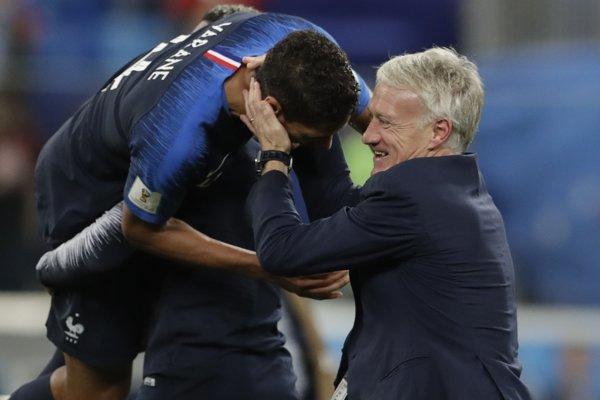 Tréner Francúzska Didier Deschamps (vpravo) oslavuje postup s hráčmi.