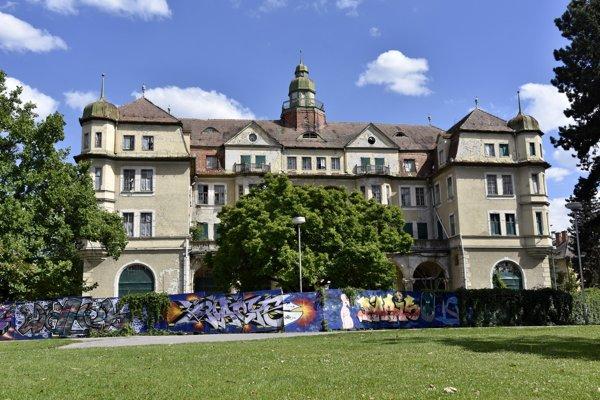 Hotel Slovan chátra už tridsať rokov.