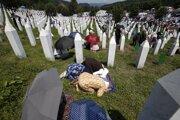Modlitby žien pri obetiach masakry v Srebrenici.