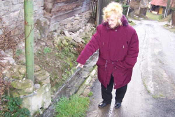 Antónia Lišková z Divinky-Lalinka tvrdí, že jej sused vypúšťa na cestu výkaly. On sa však bráni, že do potoka takto púšťa len obsah umývadla a že ona sa mu chce osočovaním pomstiť za prehratý majetkový spor.